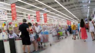 People traffic near cashier in Auchan — Stock Video