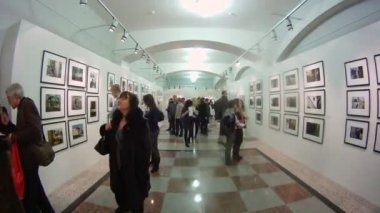 Visitors at Silver camera photo exhibition — Stock Video