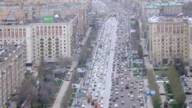 Traffic on Kutuzovsky Prospekt during day — Stock video
