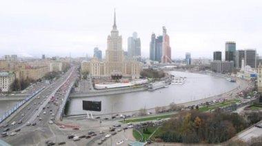 Panoramę miasta z hotelu i rzeki — Wideo stockowe
