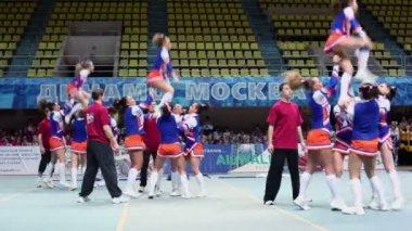Participants of cheerleaders team Leader perform — Stockvideo