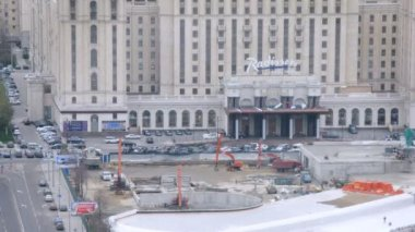 Worker constructing parking for Ukraine Hotel — Stock Video
