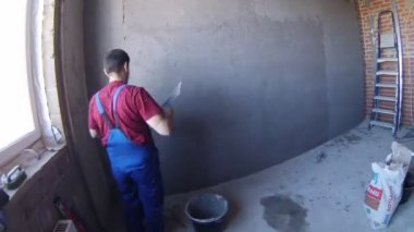 Worker applying stucco on wall — Stock Video