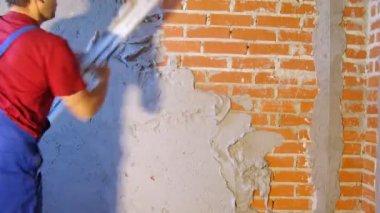 Man putting plaster on brick wall — Stock Video