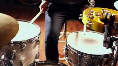 Young man beats drums — Stock Video