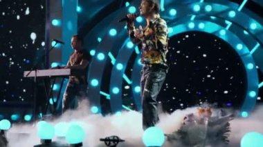 Yuriy Shatunov sings on concert — Stock Video