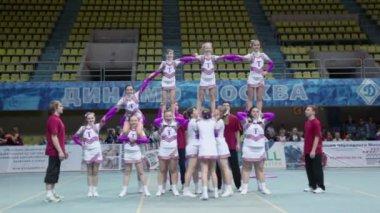 Cheerleaders team Talisman performs stunts — Stock Video