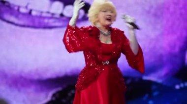 Singer Aida Vedicsheva on stage — Stock Video