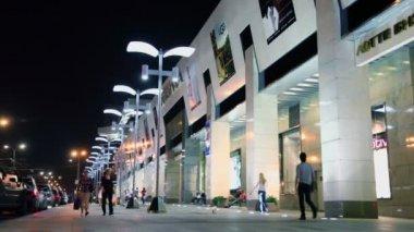 Citizen walk near trade center — Vídeo stock