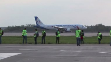 Ural airlines aircraft lands — Stock Video