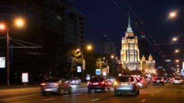 Hotel Ukraine and traffic on street — Стоковое видео