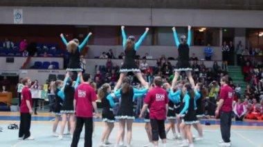 Undefined cheerleaders team perform stunt — Stock Video