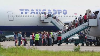 Embarkation of passengers on two aircrafts — Stock Video