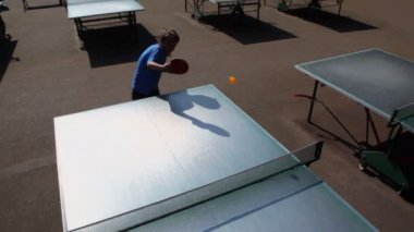 Young boy plays table tennis — Vídeo stock