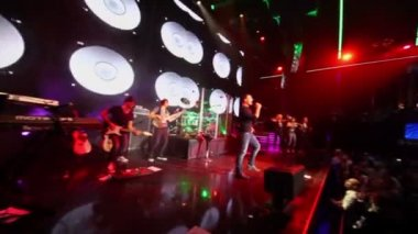 Emin Agalarov performs with musicians — Stock Video