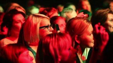 Female fans on concert of Emin Agalarov — Stock Video