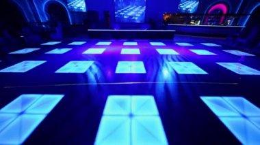 Few people in club with dance floor — Vídeo de Stock