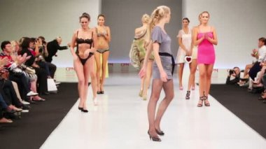 Models on podium applauding themselves — Wideo stockowe