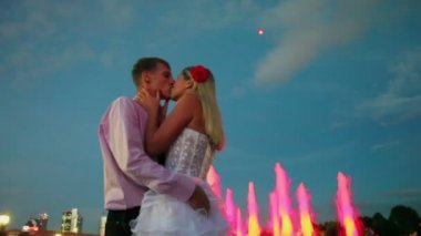 Young bride and groom kiss — Stock Video