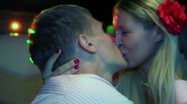 Newlywed couple kiss in limousine — Stock Video