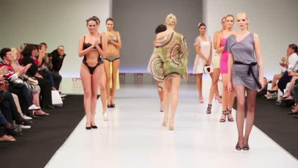 Models on podium applauding themselves — Vidéo