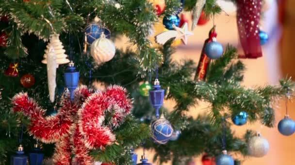 Bolas y campanas se cuelga en el árbol de Navidad — Vídeo de stock