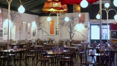 Lanterns illuminate chairs and tables in cafe — Stock Video