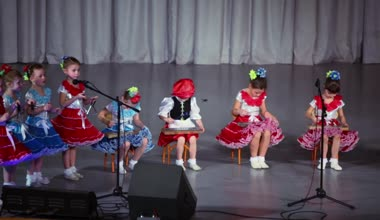 Children in russian national costumes play — Stock Video