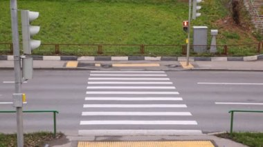 Empty crosswalk with red stop — 图库视频影像