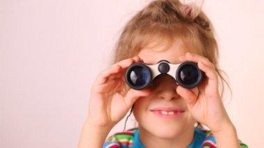 Little girl looking through binoculars — Stock Video