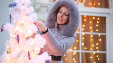 Woman decorating christmas tree — Stock Video