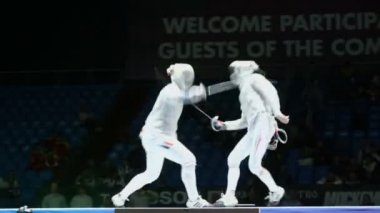 Serious clash in duel of fencing — Stock Video