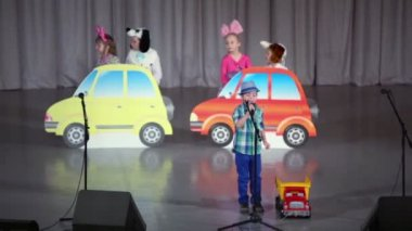 Kids with toy cars perform on stage — Stock Video