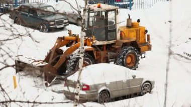 Bulldozer removes snow near car — Stock Video