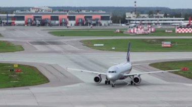 Aircraft turns on runway at airport — Wideo stockowe