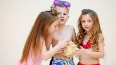 Three children with seashell — Stock Video