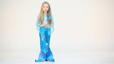 Little girl in mermaid costume — Stock Video
