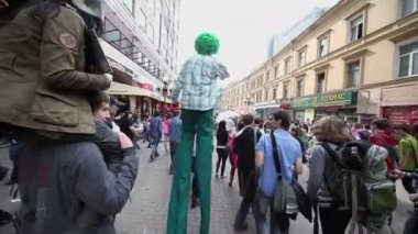 Man in costume walks on stilts — Stock Video