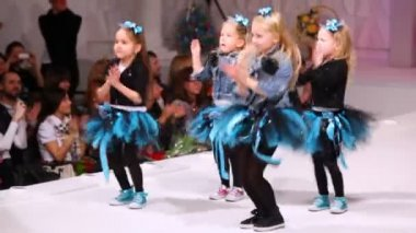 Four cute little girls dancing — Stock Video