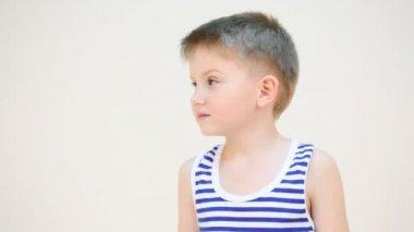 Little boy turning his head — Stock Video