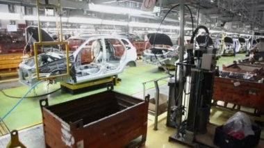 Workers assemble cars at workshop — Stock Video
