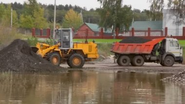 Loader takes ground from pile — Wideo stockowe