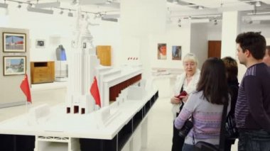 People watch miniature of soviet monument — Stock Video