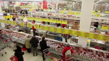 People make purchases at Auchan store — Stock Video
