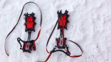 Ski fastening on snow — Stock Video