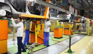 Workers assemble cars Lada Kalina — Stock Video
