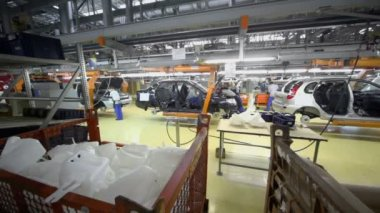 Workers assemble cars on conveyer — Stock Video