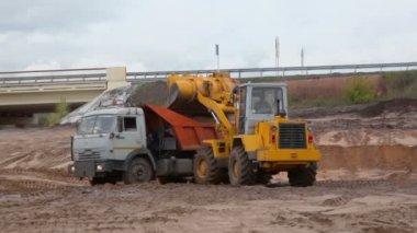 Bulldozer loads truck — Stock Video