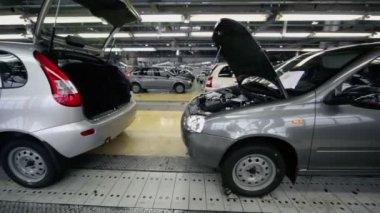 New Lada Kalina cars on conveyer — Vídeo stock