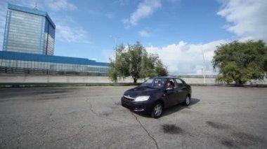 男が乗る車ラダグランタ — ストックビデオ